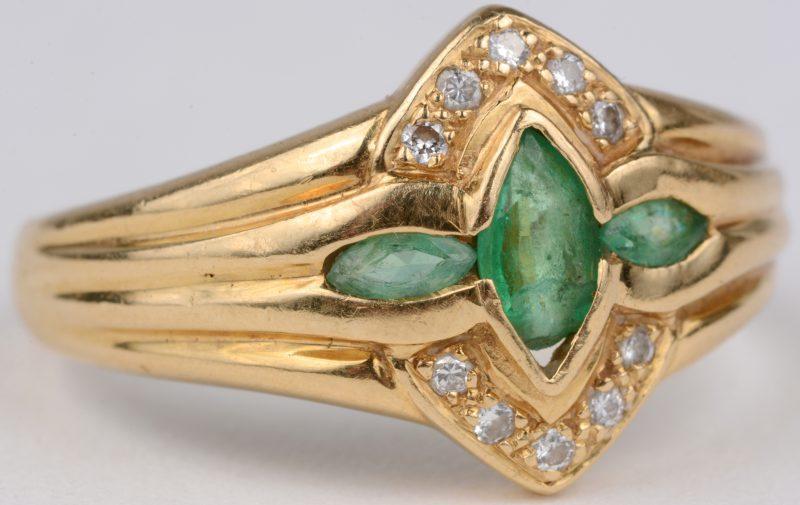 Een 18 karaats geel gouden ring bezet met diamanten met een gezamenlijk gewicht van ± 0,10 ct. en drie smaragden met een gezamenlijk gewicht van ± 0,30 ct. (letsel aan één smaragd).