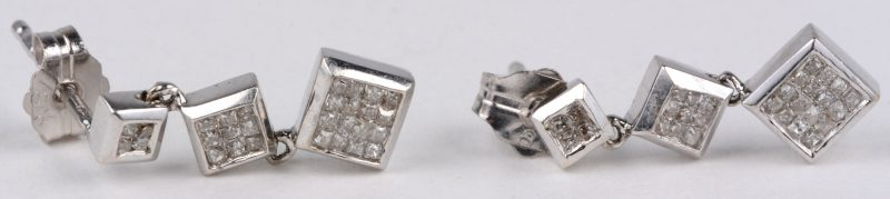 Een paar 18 karaats wit gouden oorbellen bezet met diamant princess cut met een gezamenlijk gewicht van ± 0,50 ct.