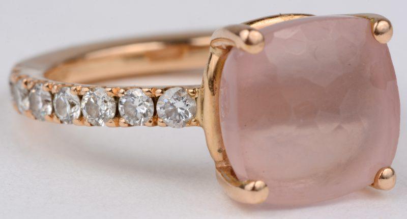 Een 18 karaats geel ring bezet met een centrale roze kwarts en briljanten met een gezamenlijk gewicht van ± 0,48 ct.