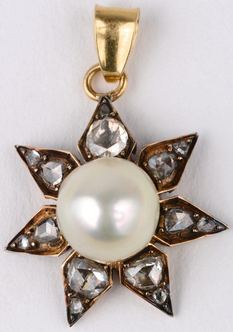 Een 18 karaats geel gouden Victoriaanse broche bezet met diamanten oude slijp met een gezamenlijk gewicht van ± 1 ct. en één grote parel.