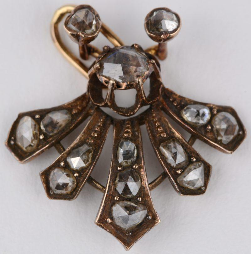Een 18 karaats geel gouden art nouveau hangertje bezet met diamanten oude slijp met een gezamenlijk gewicht van ± 0,60 ct.