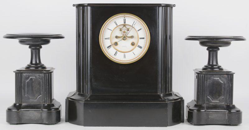 Een schouwpendule van zwart marmer. We voegen er twee bijpassende cassolettes aan toe. Omstreeks 1900.