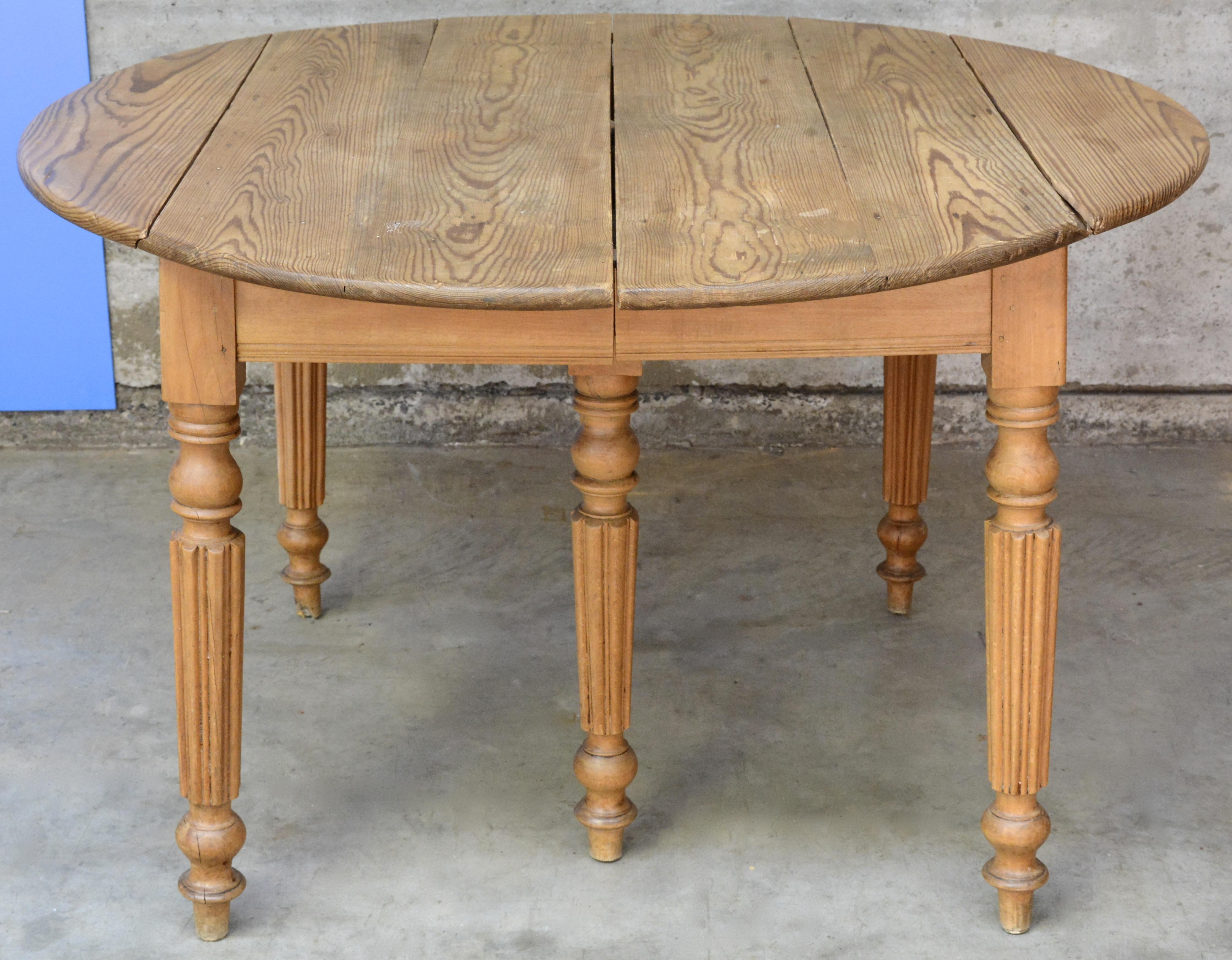 Grenenhouten Side Table.Een Verlengbare Grenenhouten Tafel Met Zes Gecanneleerde