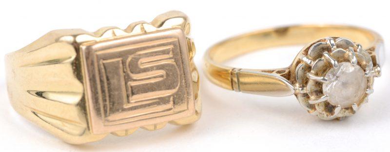 Twee verschillende 18 karaats geel gouden ringen, één met initialen en één bezet met een fantasiesteen.