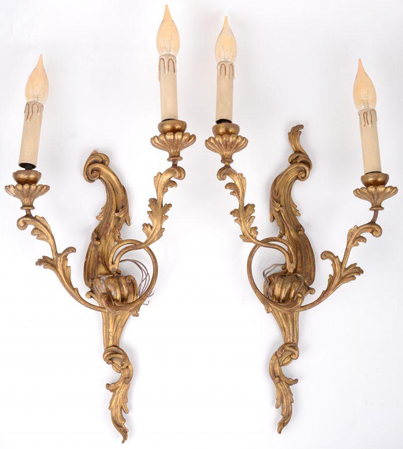 Een paar vergulde Lodewijk XV appliques van gesculpteerd hout en gips. klein letsel.