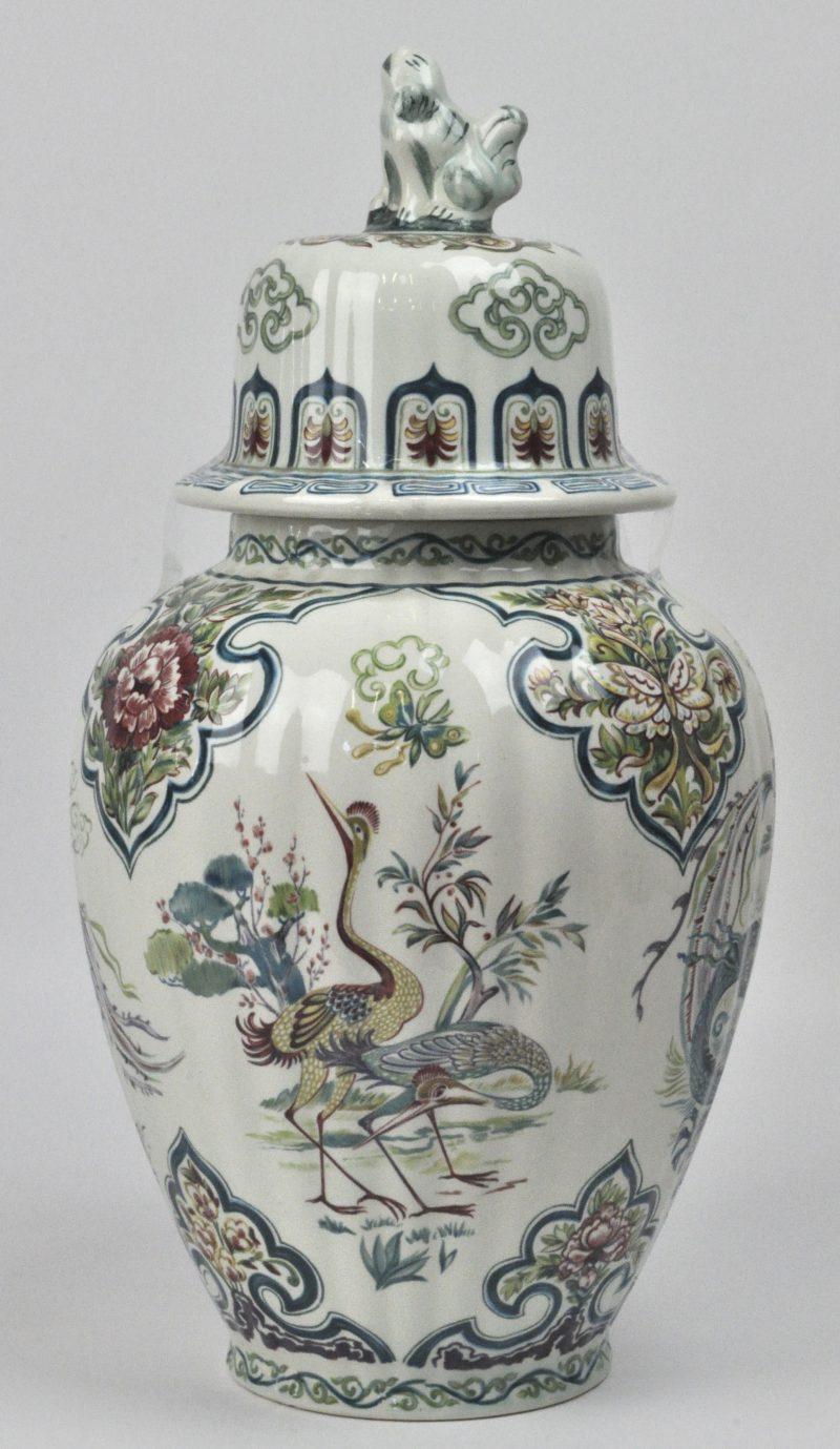 Een dekselvaas  van meerkleurig aardewerk met een Chinees decor. Onderaan gemerkt.