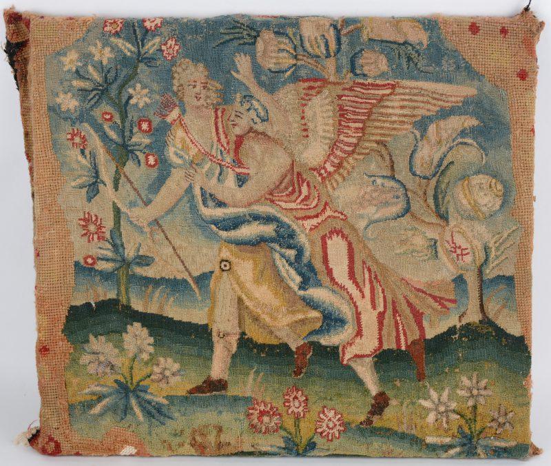 Een fragment tapisserie, vermoedelijk de bekleding van de zitting van een stoel, met een mythologische scène versierd. XVIIde eeuw en recenter vergroot en opgespannen op een houten raam.