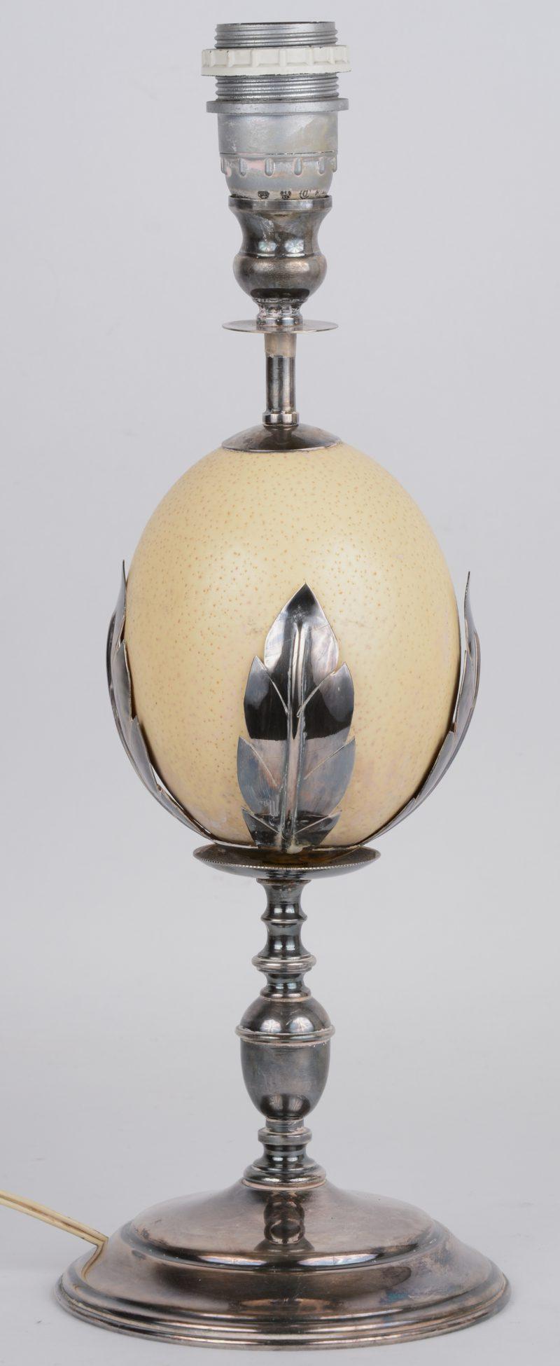 Lampenvoet op basis van een struisvogelei met verzilverd metalen montuur. Met kap.
