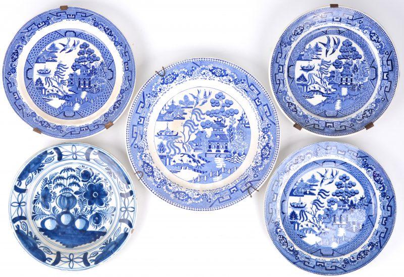 Een groot en drie kleinere borden van blauw en wit aardewerk met een 'old willow' decor. We voegen er een aardewerken bord met blauw en wit bloemendecor aan toe.