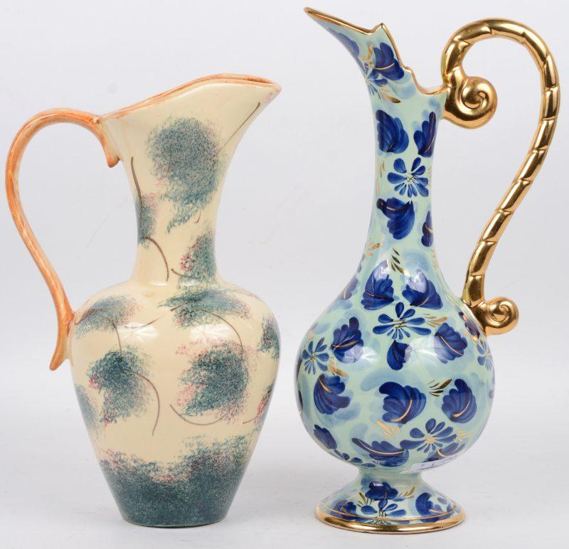 Twee verschillende kruiken van meerkleurig aardewerk, waarbij één gemerkt van Becquet.