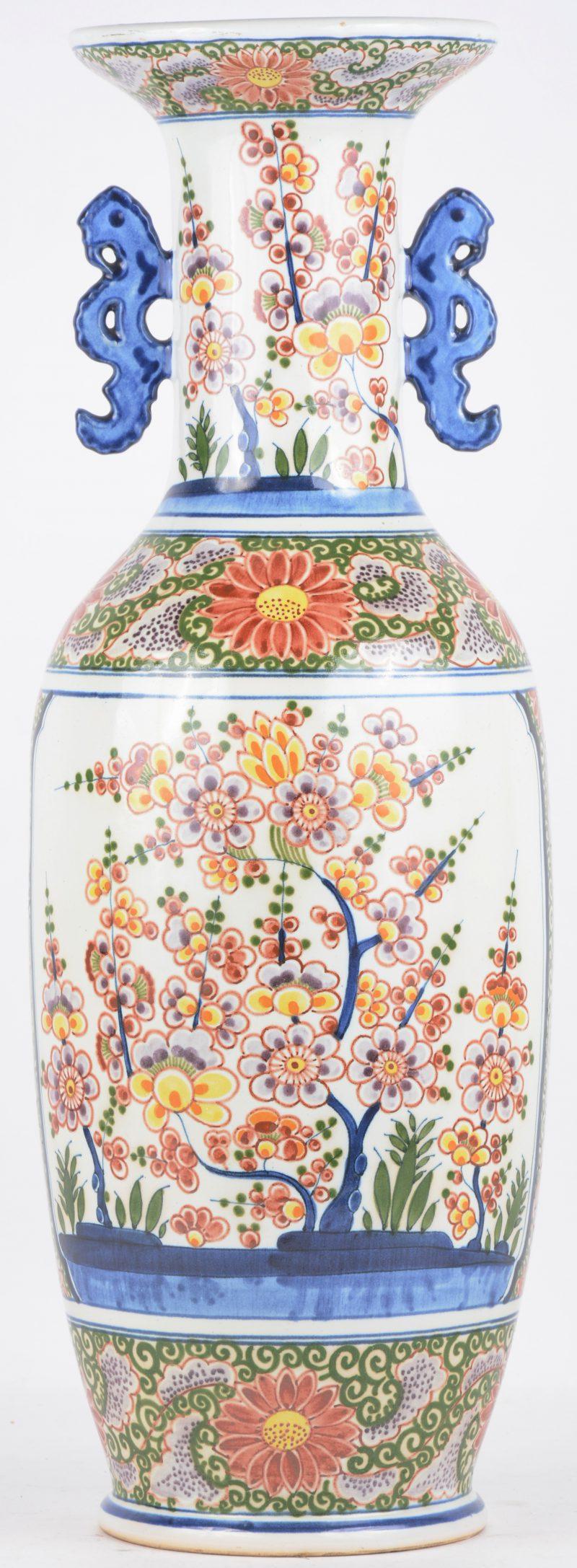 Een balustervaas van Delfts aardewerk met een meerkleurig bloemendecor.