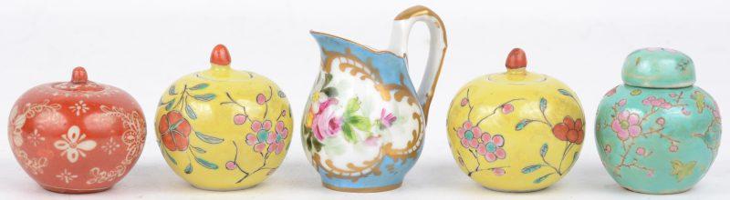Een lot porselein, bestaande ut vier miniatuur gemberpotjes en een kannetje.