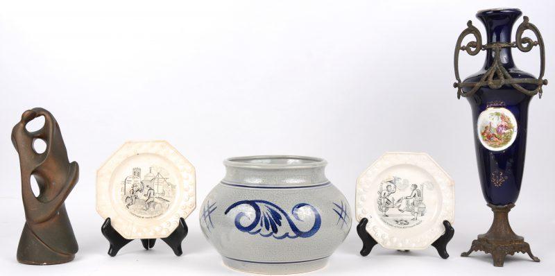 Een lot varia, bestaande uit een aardewerken pot, twee Engelse bordjes, een kobaltblauw vaasje en een modern kunstwerk van gips.