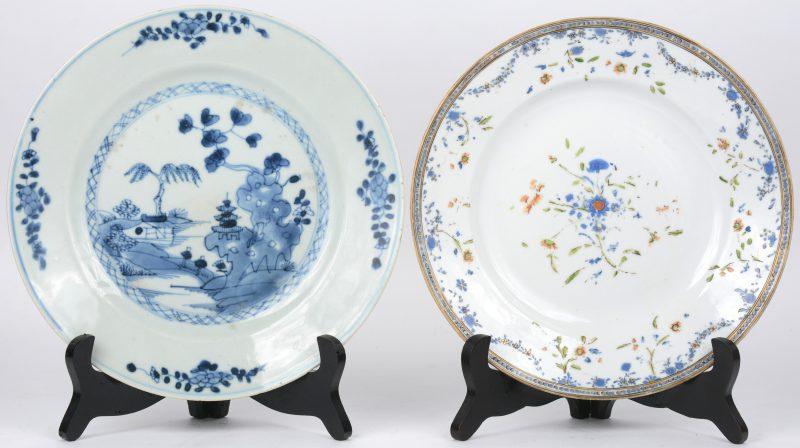 Twee porseleinen borden, waarbij een Chinees blauw-wit en een meerkleurig Europees bord met guirlandedecor. Het eerste XIXe eeuw.