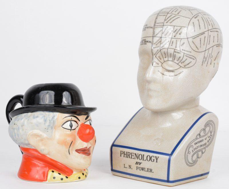 """""""Phrenology by L.N. Fowler"""". Een aardewerken buste met aanduiding van allerlei hersenfuncties. Evenals een toby jug in de vorm van een clownskop, onderaan gemerkt Pryce, Kensington en genummerd."""