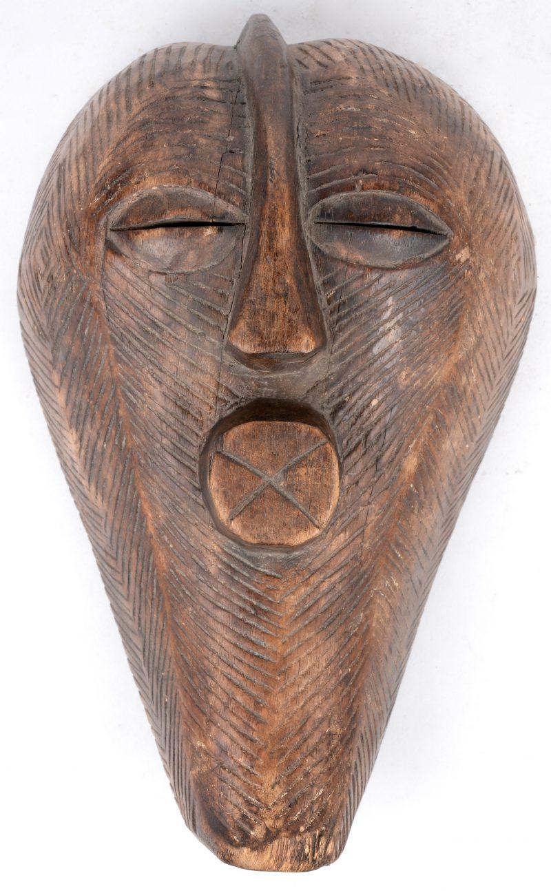 Een gebeeldhouwd houten Kifwebemasker. Congo.
