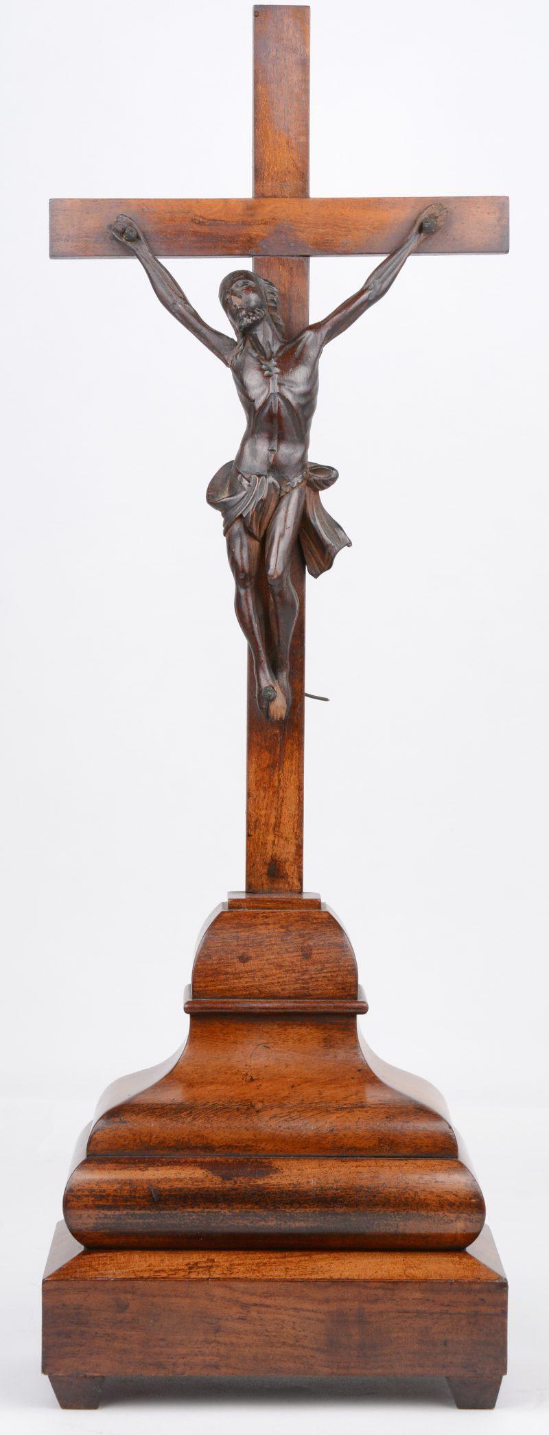 Een gefineerd houten kruisbeeld met gebeeldhouwde corpus. XIXe eeuw.