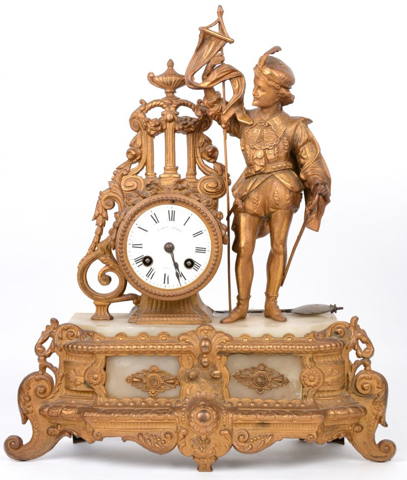 Een schouwpendule van albast en goudgepatineerd zamak, versierd met een vaandeldrager naast het uurwerk. Beschadiging. Met slinger, maar zonder sleutel.