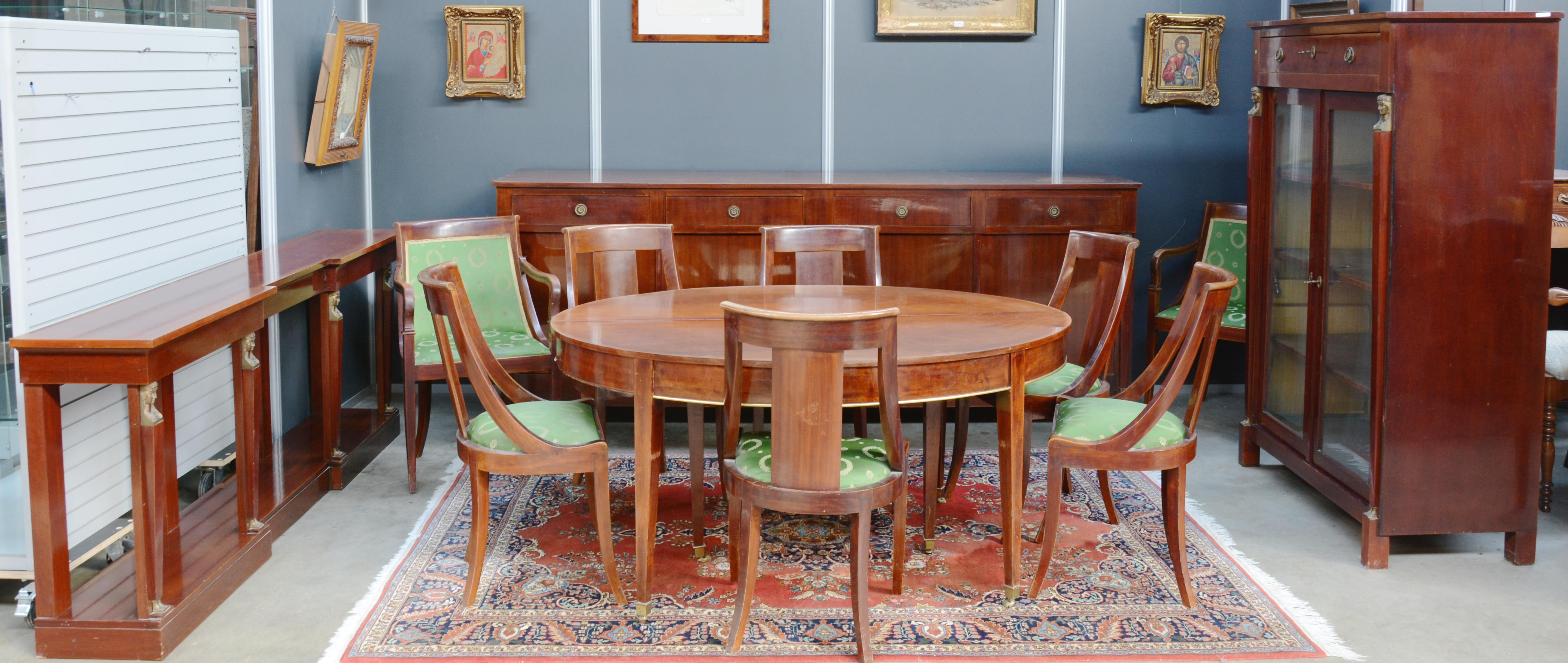 Een Empire eetkamer, bestaande uit een groot buffet met vier deuren ...