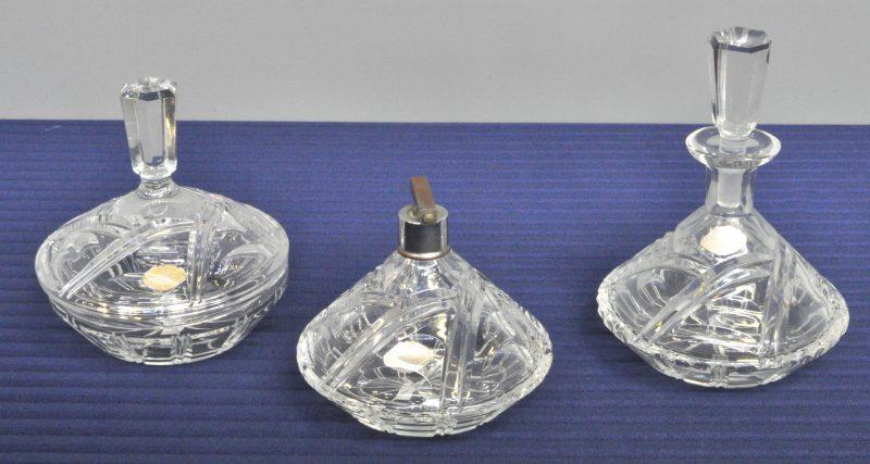Een lot kleurloos geslepen kristal, bestaande uit een parfumverstuiver, een bonbonnière en een karafje.