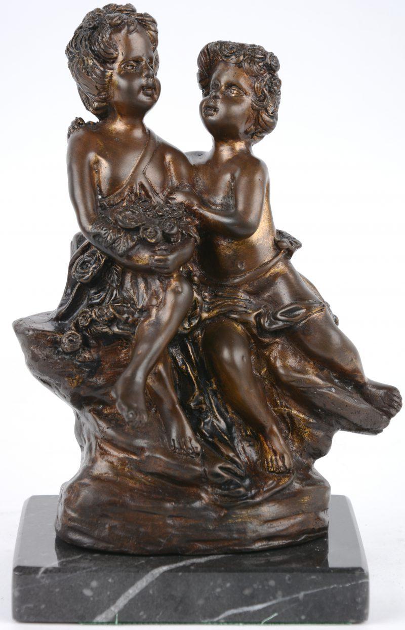 """""""Putti met bloemen"""". Een beeldje van bruingepatineerd brons op grijs marmeren sokkel."""