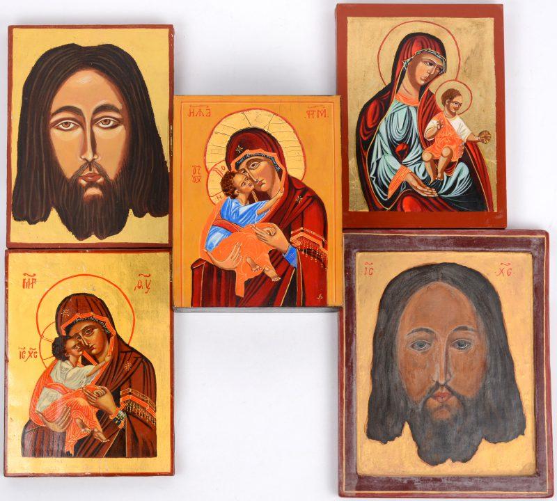Een houten doosje versierd met                        en vier diverse kleine iconen. Recent werk.