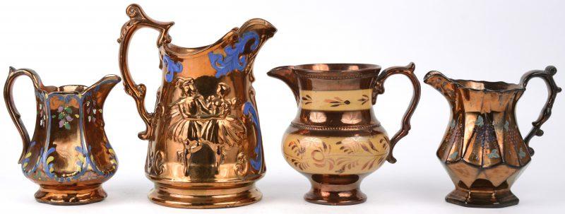 Een lot van vier verschillende kannetjes met roestbruin glazuur, versierd met handgeschilderde decors.