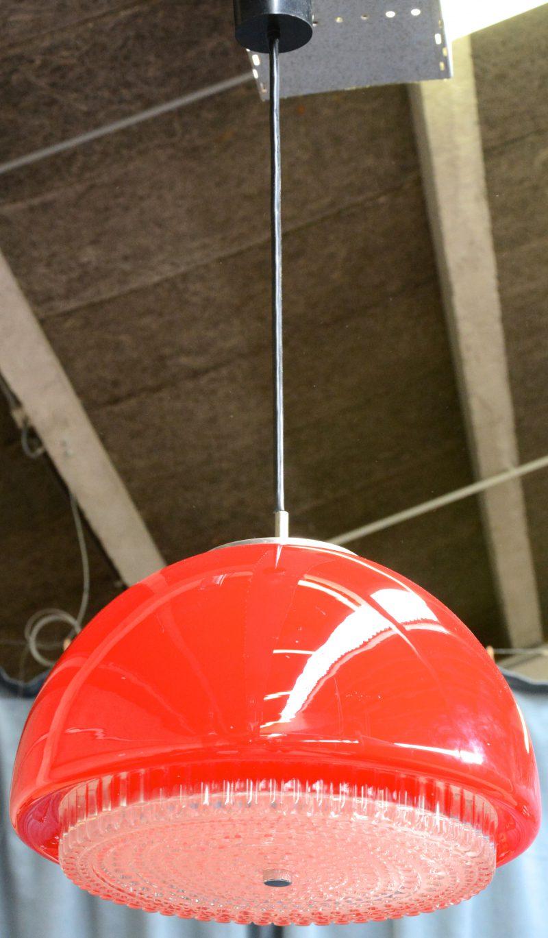Een bolle vintage hanglamp van rood glas. Jaren '70.