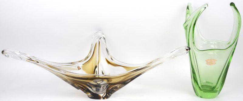 Een designvaas van geblazen groen kristal. We voegen er een tweede gelijksoortige designcoupe van Nederlandse makelij aan toe.