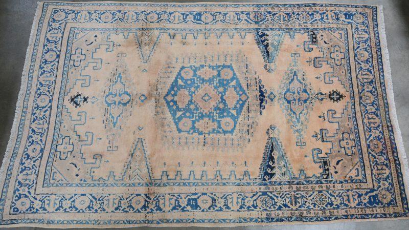Een handgeknoopt Perzisch wollen tapijt.