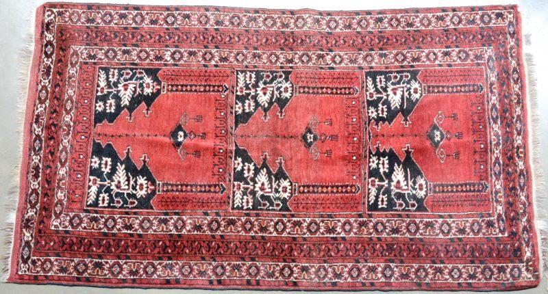 Een handgeknoopt Oosters wollen karpet.