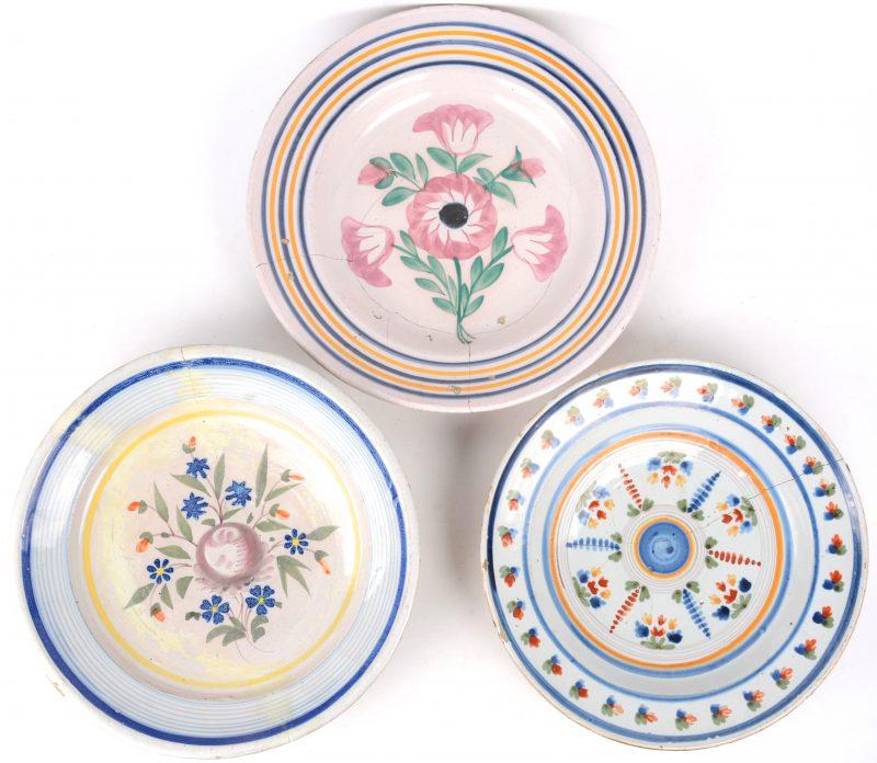Drie schotels van meerkleurig Frans aardewerk met bloemendecors. Barsten. XVIIIe eeuw.