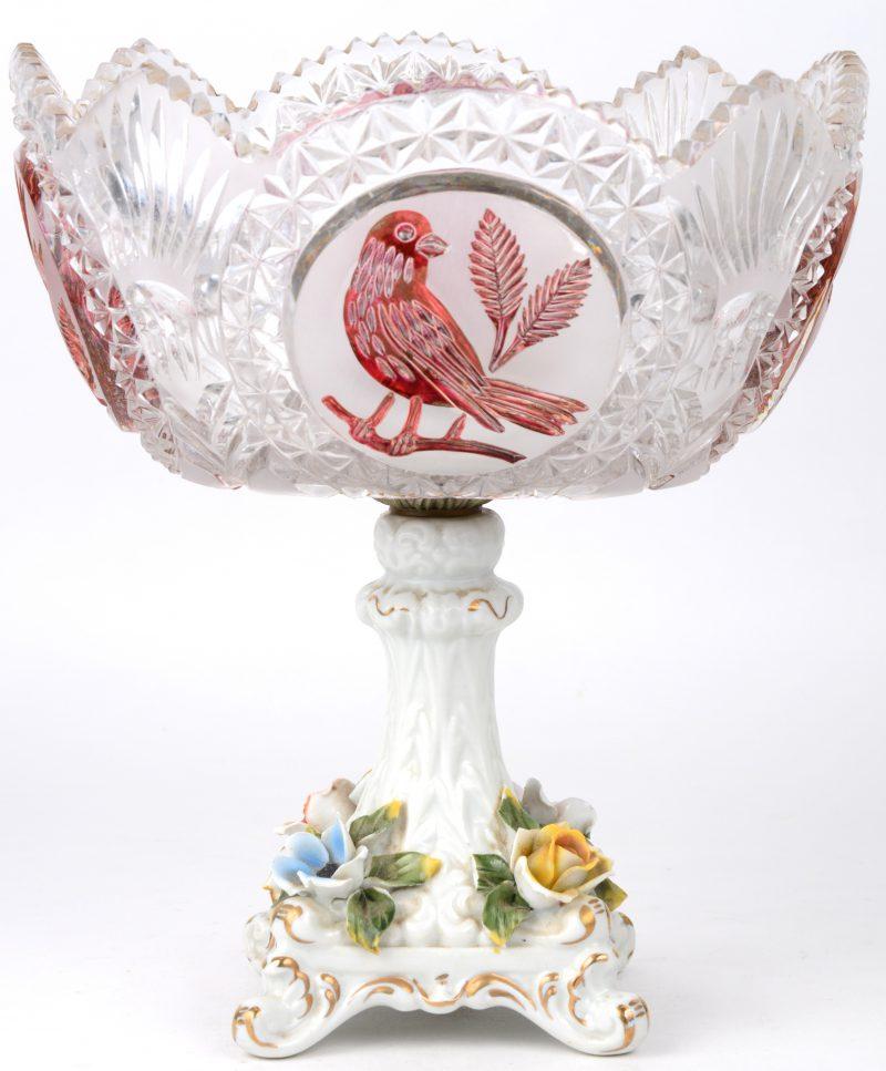 Een coupe van geslepen Boheems kristal, versierd met rode vogels. Geplaatst op een porseleinen voet.