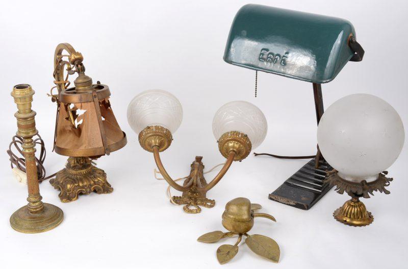 Een lot van vier verschillende oude bronzen lampen, een oude metalen bureaulamp en een bronzen doosje in de vorm van een appel aan een tak.