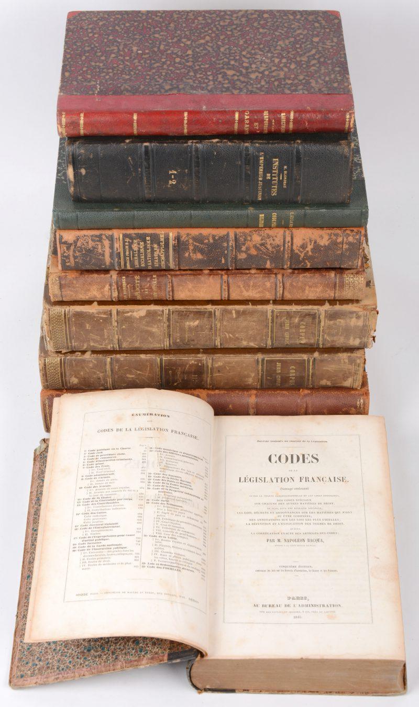 Een lot van negen XIXe eeuwse boeken met betrekking tot het recht en de maatschappij. Nederlands- en Franstalig.