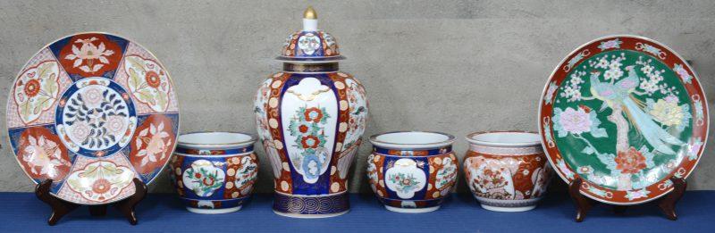 Drie kleine jardinières, twee schotels en een dekselvaas van Japans porselein met een Imari decor. Onderaan gemerkt: Gold Imari.