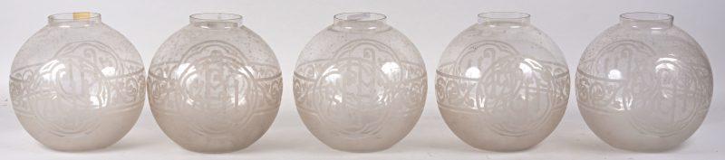 Vijf oude bolvormige glazen kappen.