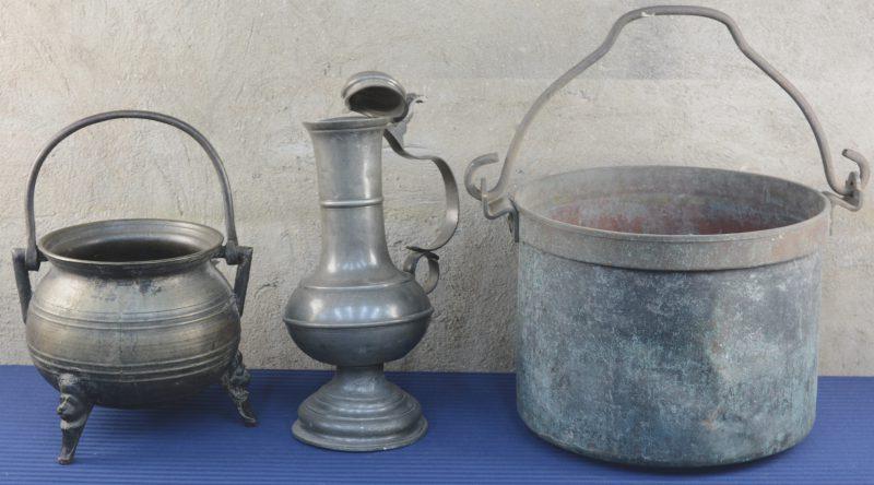 Een lot metaal, bestaande uit twee ketels en een tinnen klepkan (beschadigd).