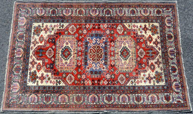 Een handgeknoopt Oosters wollen karpetje.