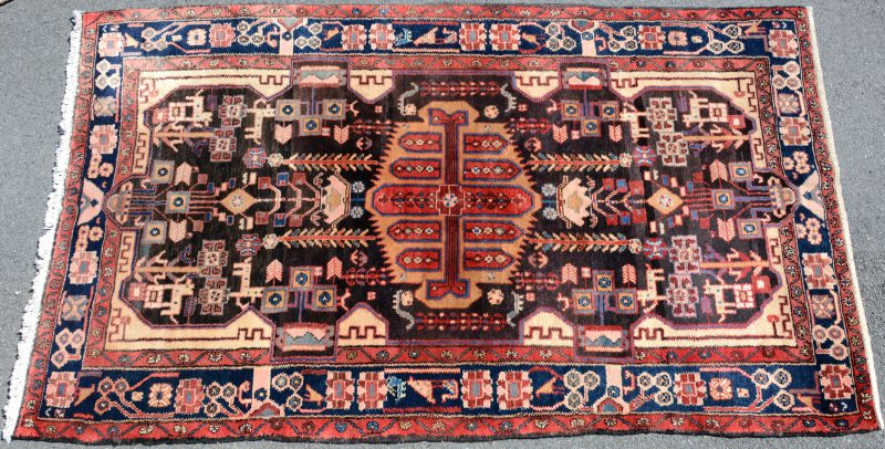Een handgeknoopt Oosters wollen tapijt.
