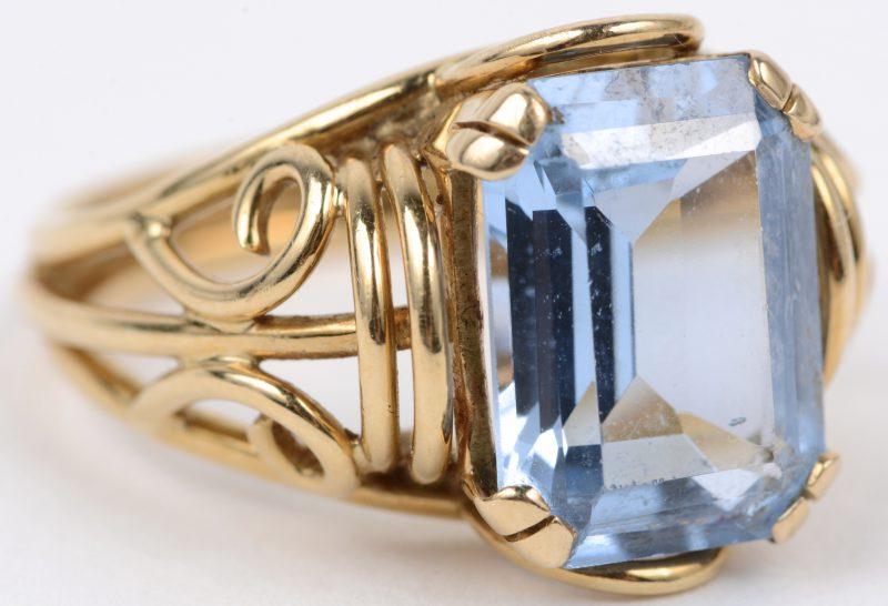 Een 18 karaats geel gouden ring bezet met aquamarijn van ± 5 ct.