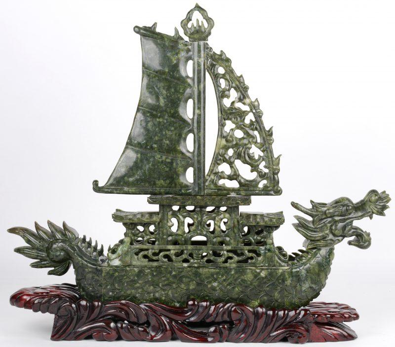 Drakenschip van jadeïet op houten sokkel (klein letsel).