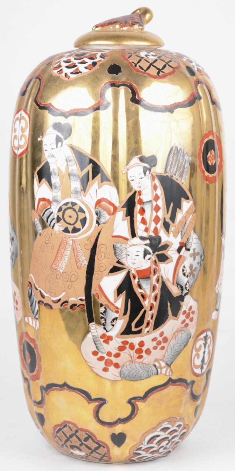 Een dekselvaas van Japans porselein met een decor van krijgers op gouden fond. Onderaan gemerkt.
