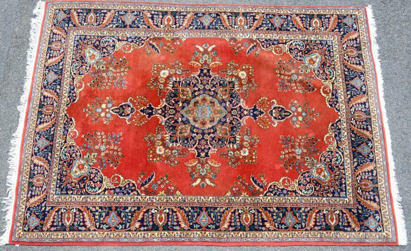 Een handgeknoopt wollen karpet.