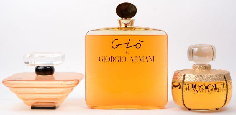 Drie factices, waarvan twee glazen: Yves Saint-Laurent Champagne (H. 17 cm) en Giò de Giorgio Armani (H. 28 cm) en een van plastic : Trésor de Lancôme (H. 14,5 cm). Die laatste zonder vloeistof.