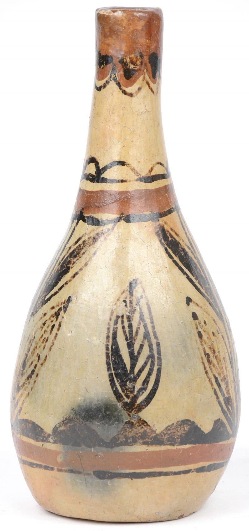 Een antiek flesvaasje van meerkleurig aardewerk met een bladerdecor.