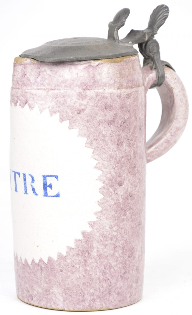 Een Brusselse bierpul van aardewerk met een tinnen deksel. Ijkmerk 1821.