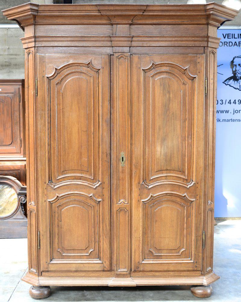 Een eikenhouten garderobe met twee gemoulureerde deuren. XVIIIe eeuw.