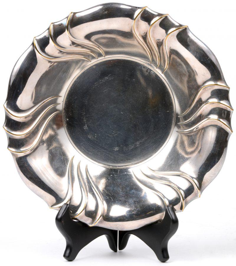 Een fruitschaal van zilver. Gemerkt Elandt.
