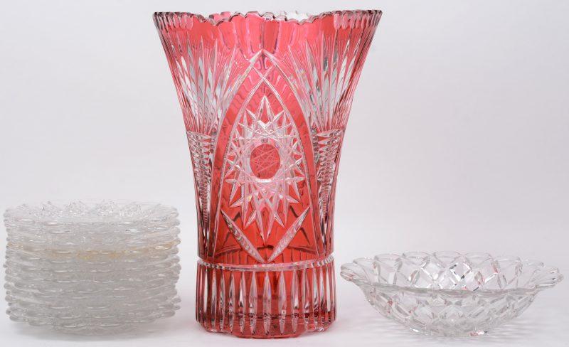 Een lot kristal en glaswerk, bestaande uit een mauve geslepen vaas van Bohemen, twaalf kleurloze glazen schoteltjes van Val St. Lambert en een kometje van Bacarat.